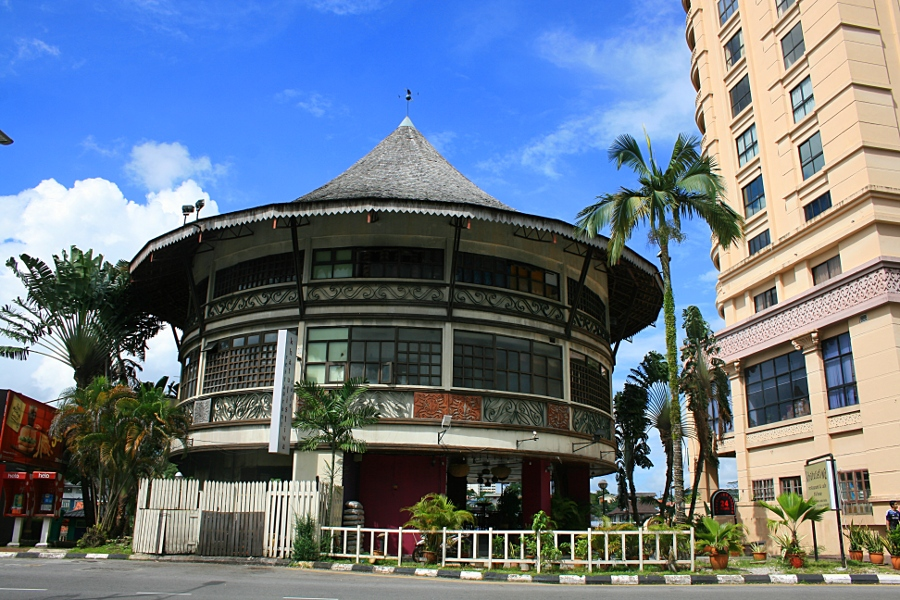 Кучинг, здание на набережной