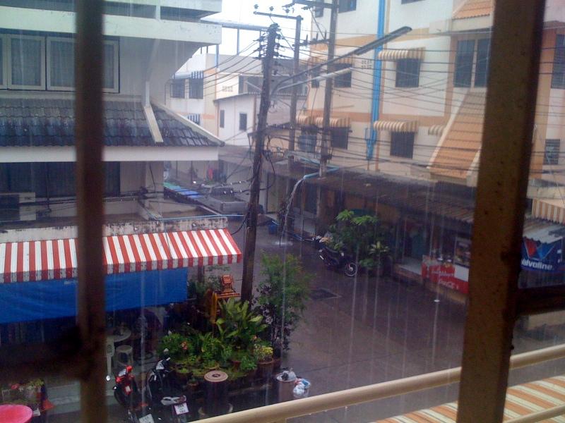 Дождь, вид из окна