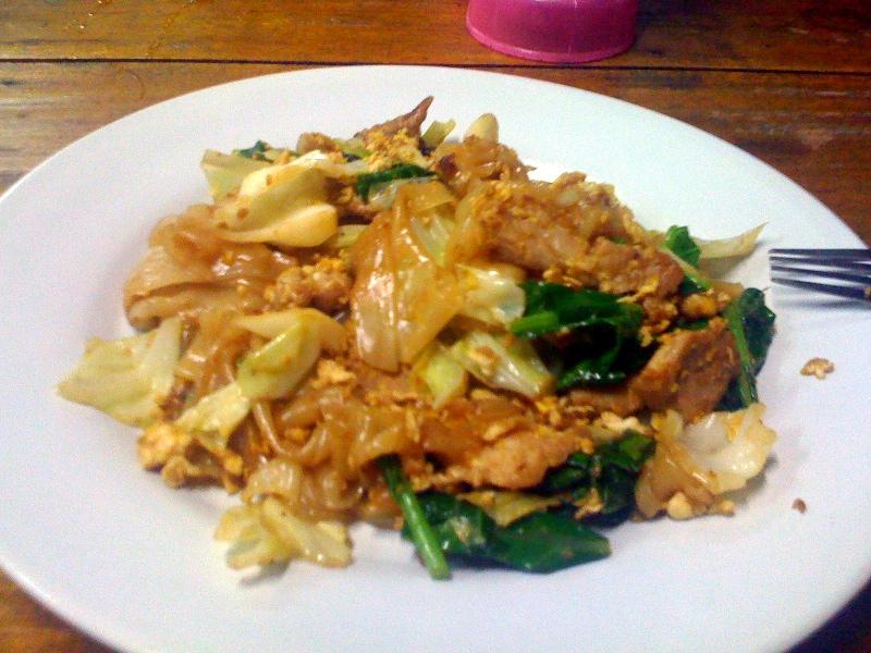 Жареная лапша с яйцом, мясом, капустой и зеленью.
