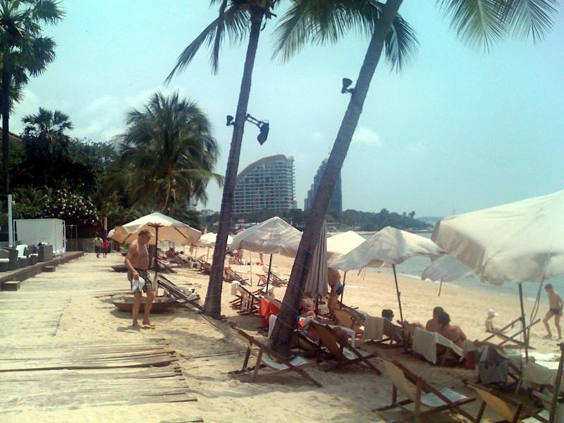 Песок, солнце, вода - пляжа не видели что ли?