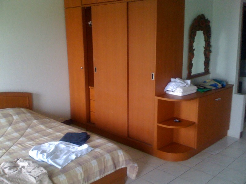 Кровать и шкаф для одежды