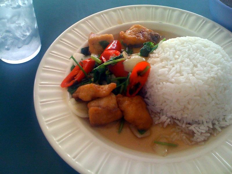 Рис с жареной рыбой и перцем